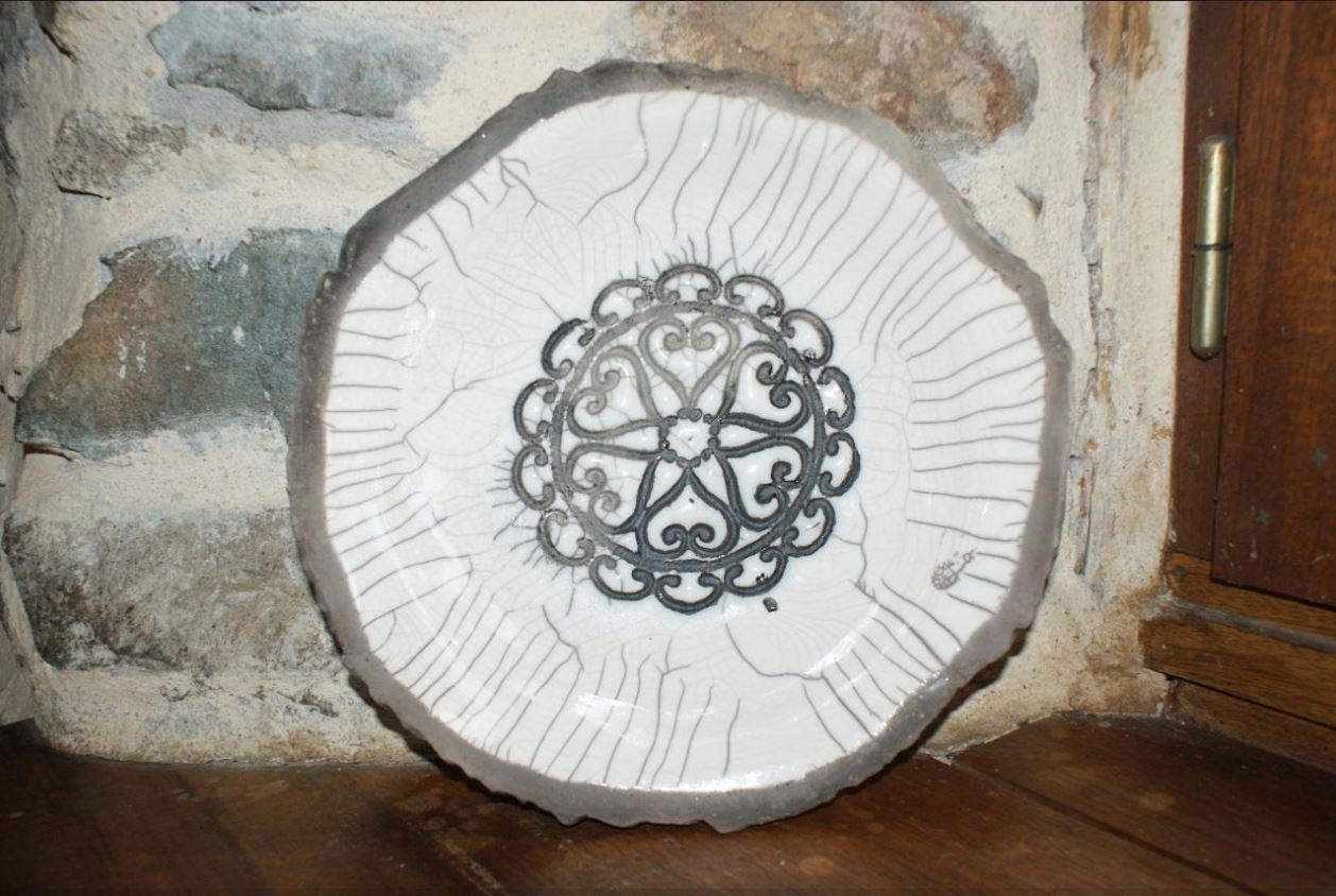Plat Raku motif fer forgé blanc