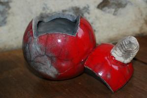 Boite ronde rouge ouverte