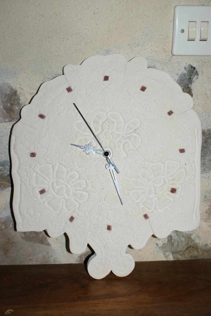 Horloge en grès biscuit